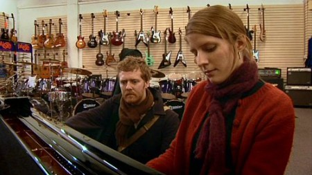 Two musicians (	Glen Hansard and Markéta Irglová) fall in love in Once